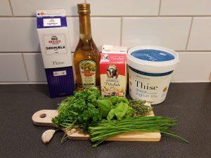 Ingredienserne til en friskost med krydderurter