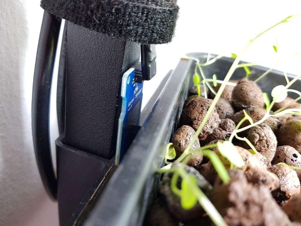 I siden af plantekassen sidder en vandsensor, der sender et signal til Arduinoen, hvis den bliver fugtig